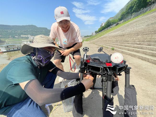 重庆联合高校科研院所开展三峡库区水质野外调查